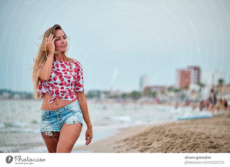 junge Frau am Strand an einem Sommertag MEER Wasser Meer Mädchen Himmel schön wolkig Hut Sand reisen Urlaub Schönheit Natur Küste Menschen Lifestyle Glück