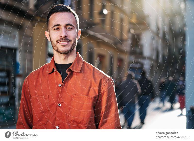 Mann steht im Freien auf der Straße. che Porträt urban Großstadt Selbstvertrauen Menschen eine Stehen Gesicht Lächeln posierend Stadt Blick außerhalb
