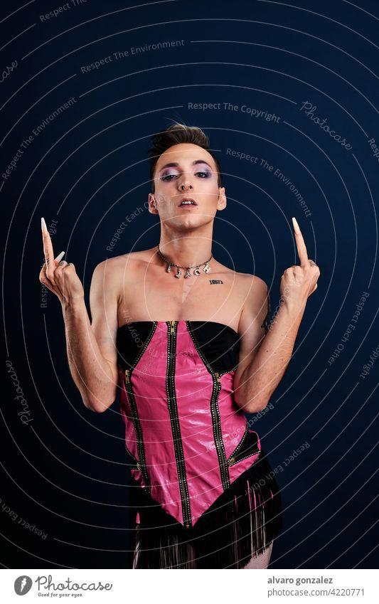 Wut Transgender junges Modell macht einen Flip aus mit Mittelfinger Porträt che Typ Schminke männlich Person Kaukasier vereinzelt weiß Make-up schwul trans