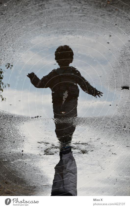 Pfützendiego Spielen Kinderspiel Mensch Kleinkind 1 1-3 Jahre 3-8 Jahre Kindheit Wasser Herbst Wetter schlechtes Wetter Unwetter Regen lachen laufen dunkel nass