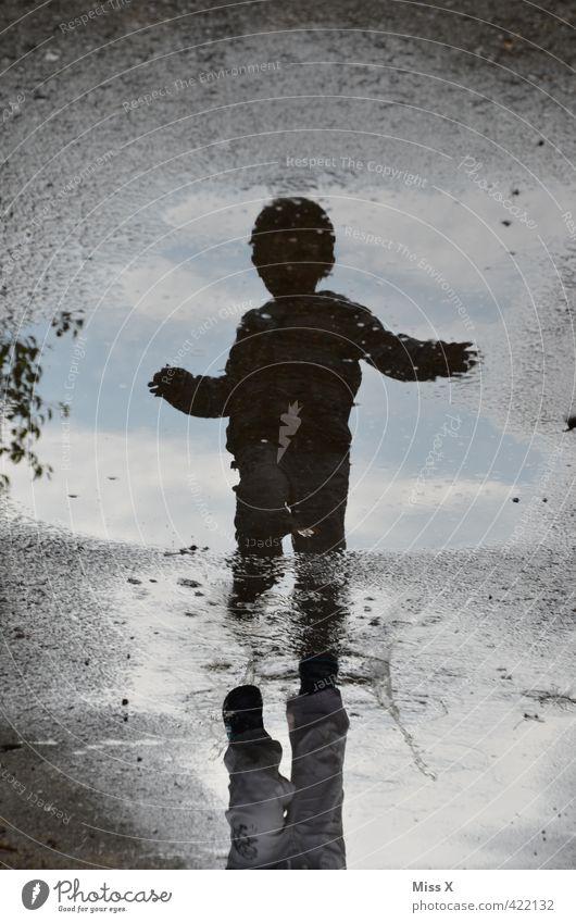 Pfütze Kind Wasser Herbst Spielen Schwimmen & Baden Regen Wetter dreckig Kindheit laufen nass Unwetter Kleinkind spritzen schlechtes Wetter