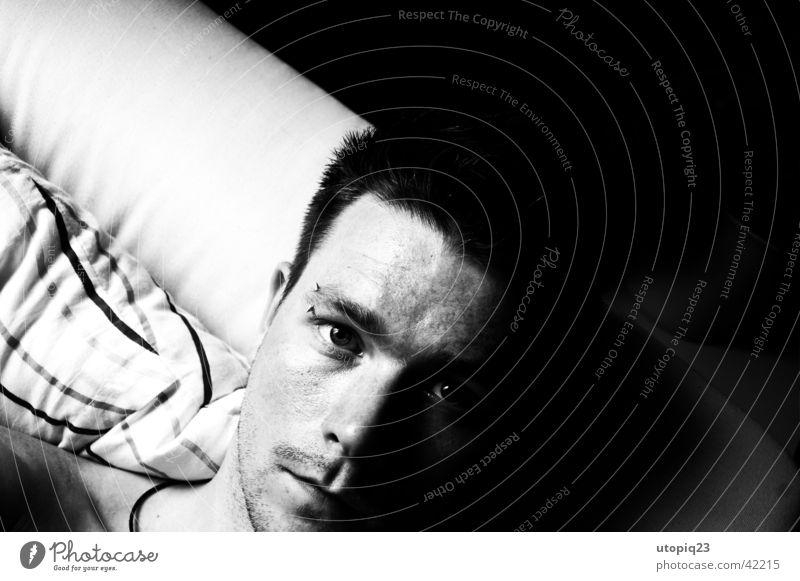 Egoist Schwarzweißfoto Innenaufnahme Nahaufnahme Textfreiraum rechts Licht Schatten Kontrast Starke Tiefenschärfe Vogelperspektive Totale Porträt Oberkörper