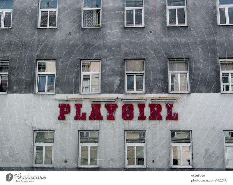 Playgirl in Wien Altbau Fassade Stadthaus Haus Architektur trist Nightclub Plattenbau