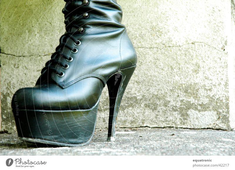 Der Schuh ohne Manitu Schuhe Stiefel obskur Treppenabsatz Gothic
