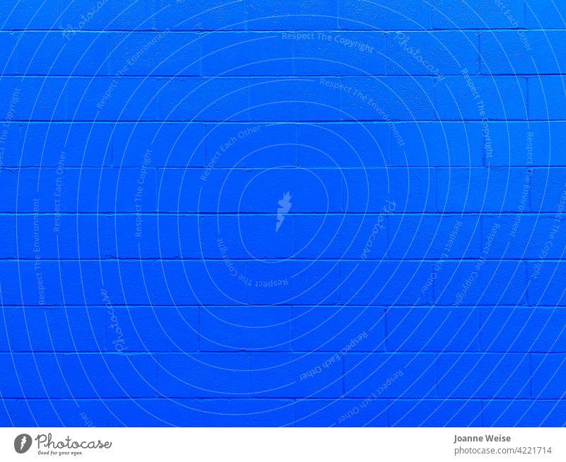 Blaue Betonwand. blau blaue Wand Menschenleer Fassade Farbfoto Bauwerk Farbe Architektur Gebäude Mauer Außenaufnahme Linie Muster Baustein Strukturen & Formen