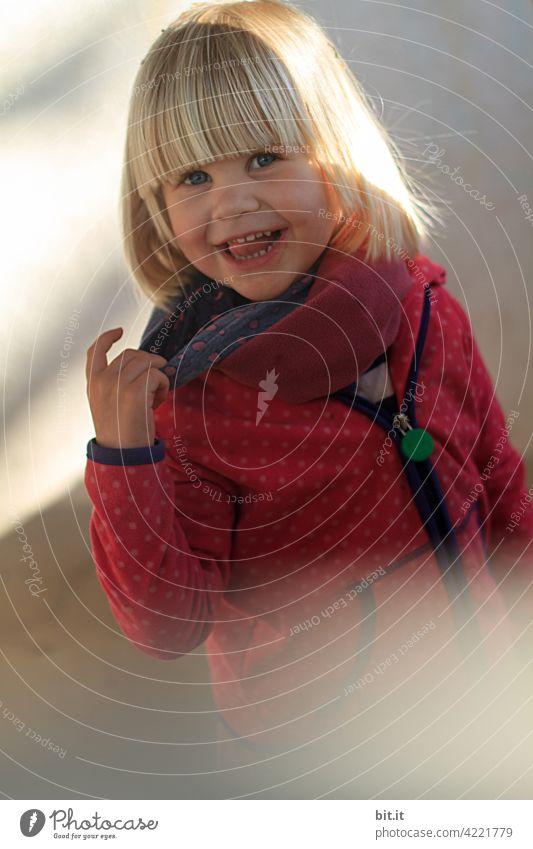...komm du mir nur, vor die Finger... Kind Kindheit Kindererziehung Kindergarten Kinderspiel Kinderhand Hand Spielen Freude Kleinkind Mensch Mädchen niedlich