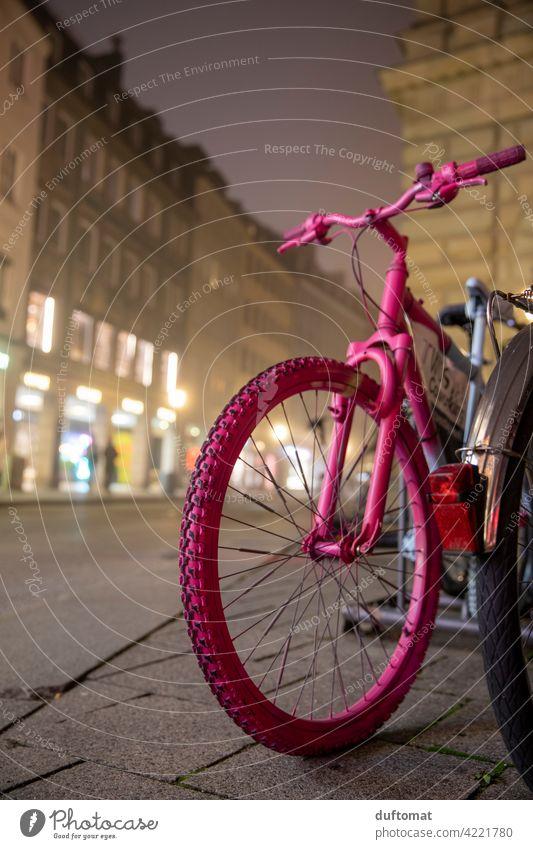 Rosa Fahrrad bei Nebel in Innenstadt Rad fahrrad Speichen Reifen Außenaufnahme Verkehrsmittel Menschenleer Metall parken Fahrradfahren Mobilität Bewegung