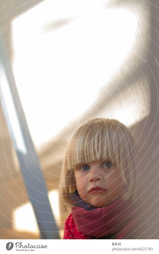 Zwischenräume l Bauarbeiten, zwischen altem & neuem Zimmer Mädchen Kind Kindheit klein Neugier Kleinkind Mensch neugierig neugierde skeptisch Fragen fragend