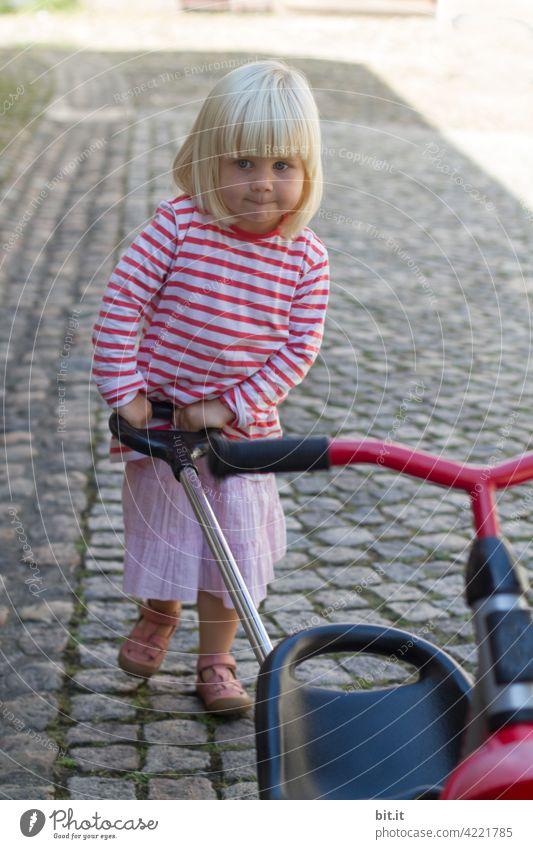 back to the roots l laufen ist das neue schieben... Dreirad Kind Spielen Kindheit Freude fahren Kleinkind Mädchen Mensch Kindergarten klein Spielzeug niedlich