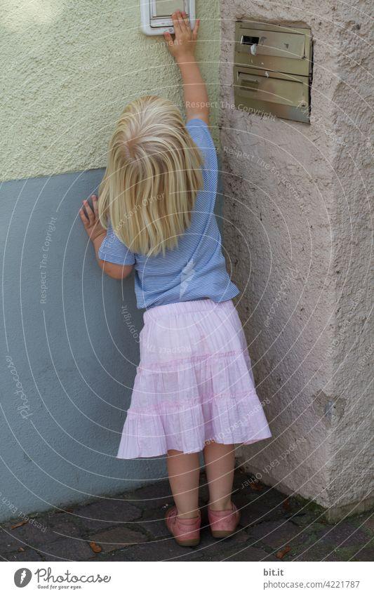 Empfehlung l Kinder von tiefer gelegten Klingeln fern halten. klingeln Streich Mädchen frech Freude Kindheit niedlich Kleinkind Spielen Lebensfreude 1-3 Jahre
