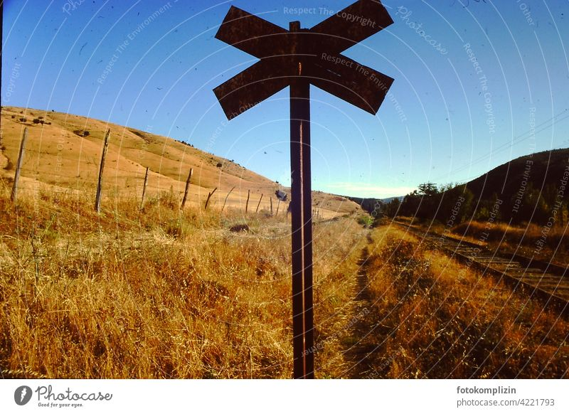 Andreaskreuz in spätsommerlicher Landschaft Durchgang Wege & Pfade Schilder & Markierungen Spätsommer Indian Summer Verkehrsschild Chile Straßenverkehr Zeichen