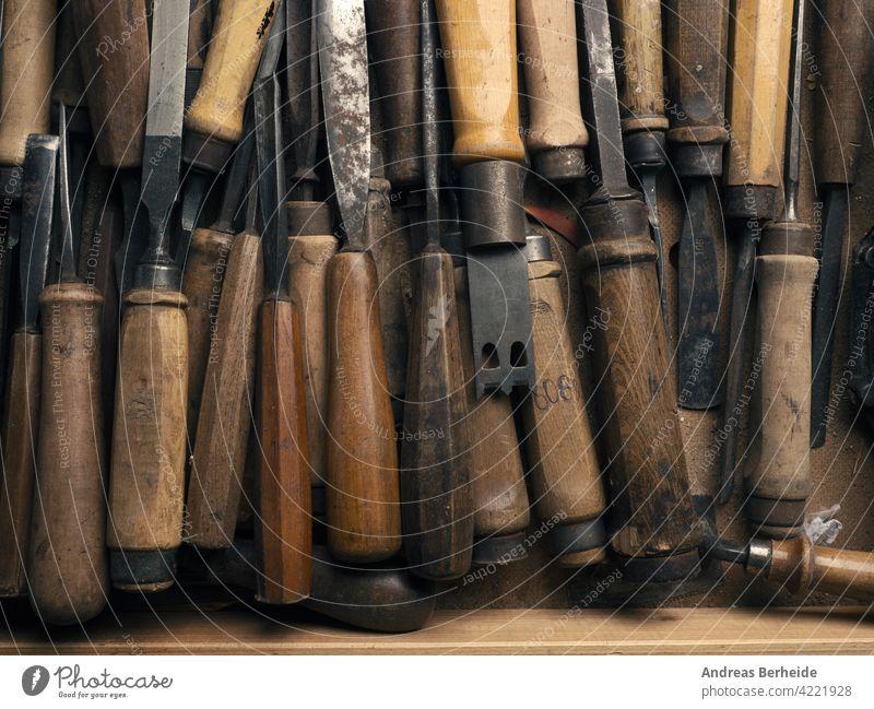 Alter gebrauchter Meißel in einer Werkbankschublade, Handwerks- oder Fertigungskonzept Beitel handgefertigt Holzschnitzerei flache Verlegung legen braun