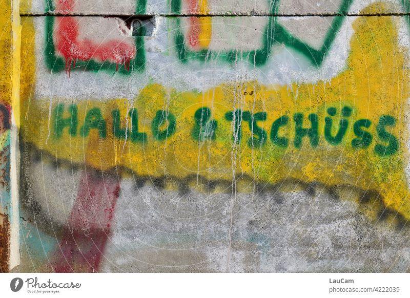 Hallo & Tschüss in grün auf gelb Hallo und Tschüss Gruß Verabschiedung Farbfoto Kommunizieren Begrüßung Willkommen Schriftzeichen Außenaufnahme Graffiti Worte
