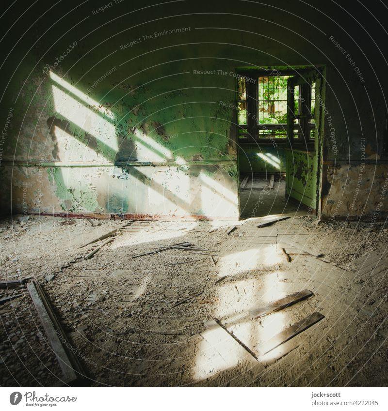auftreffen von Licht in einen verlorenen Raum Schutt Lichteinfall dreckig Endzeitstimmung Vergänglichkeit lost places Heilstätte Sonnenlicht verfallen