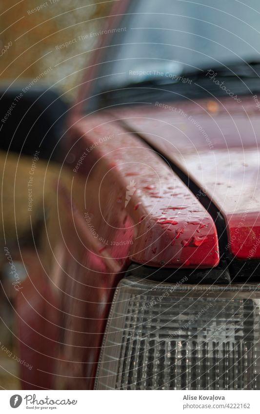 Regentropfen auf einem Auto PKW Volvo rot Stimmung Reflexion & Spiegelung nass Wassertropfen Detailaufnahme Farbfoto Wetter Frühlingswetter Tropfen Vorderseite