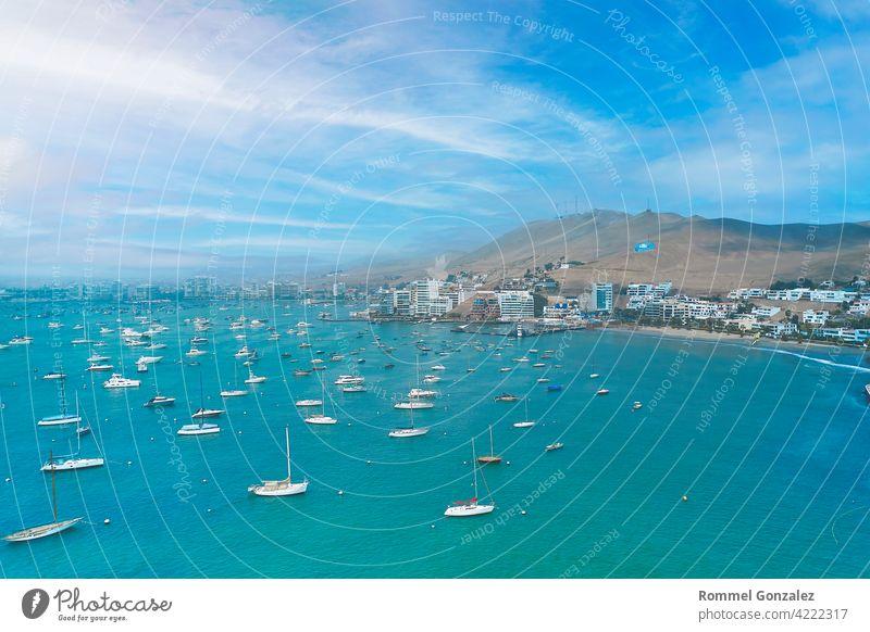 Luftaufnahme der Bucht, des Hafens und der Gebäude von Ancon - Lima, Peru; Der Strand und einige Außengebäude in Ancon. Himmel Meer Ancón pazifik türkis