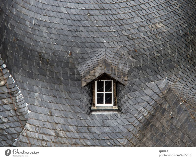 Dachfenster alt Stadt weiß Einsamkeit ruhig schwarz Fenster Architektur grau Stein Perspektive Beton ästhetisch Spitze rund