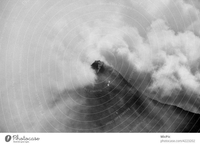 Gipfelstürmer Berge Berge u. Gebirge Alpen Landschaft Außenaufnahme Natur Menschenleer Himmel Wolken Unwetter Nebel Wetterwechsel Wolkenwand Gewitterwolken