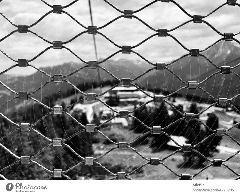 Hinter Gittern Zaun nicht springen zaungast vergittert Maschendrahtzaun maschen Seil Seilbahn gondel aussicht Sicherheit Barriere Schutz Außenaufnahme Verbote