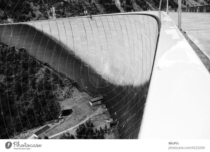 Talsperre Mauer Stausee schlegeisspeicher Außenaufnahme Menschenleer Architektur Bauwerke Staumauer See Fluss Begrenzung hoch gebogen stark Schwarzweißfoto bnw