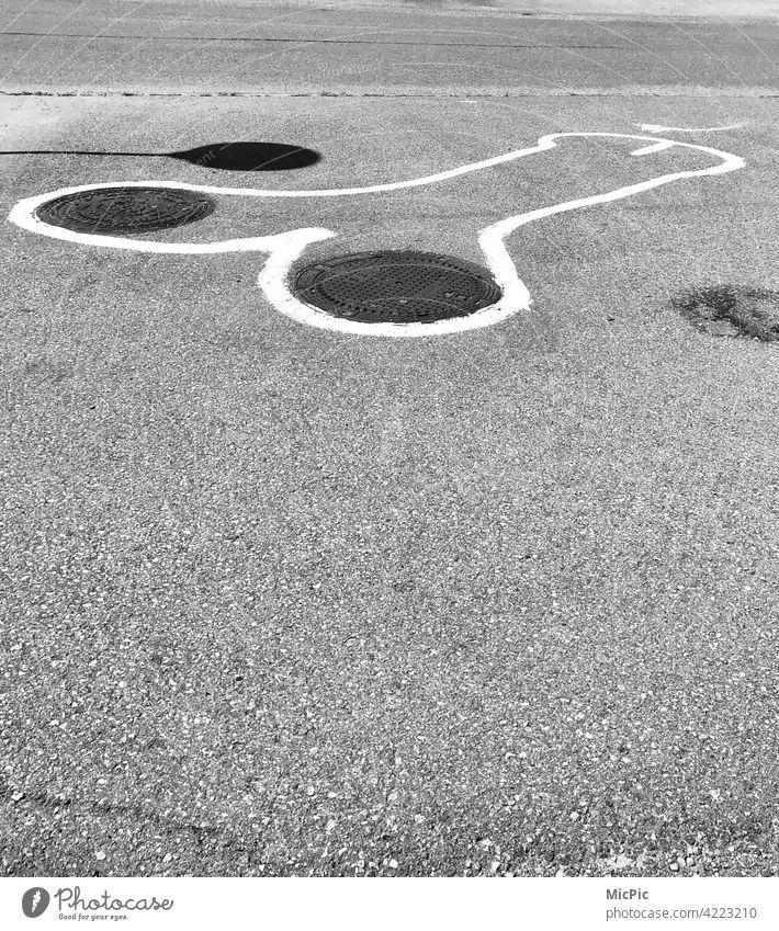Streetart schwarzweiss Strassenmalerei streetart streetstyle Graffiti Kunst urban Straßenkunst fallus Penis lustig gullideckel Schwarzweißfoto witzig Linien