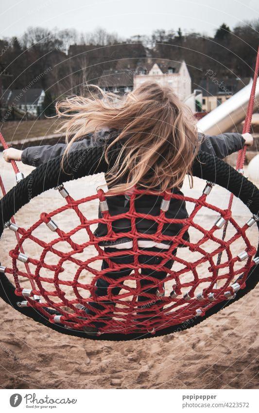 Mädchen auf einer Schaukel schaukeln Kind Kindheit Spielen Freude Außenaufnahme Farbfoto Glück Fröhlichkeit Mensch Lebensfreude 3-8 Jahre Freizeit & Hobby