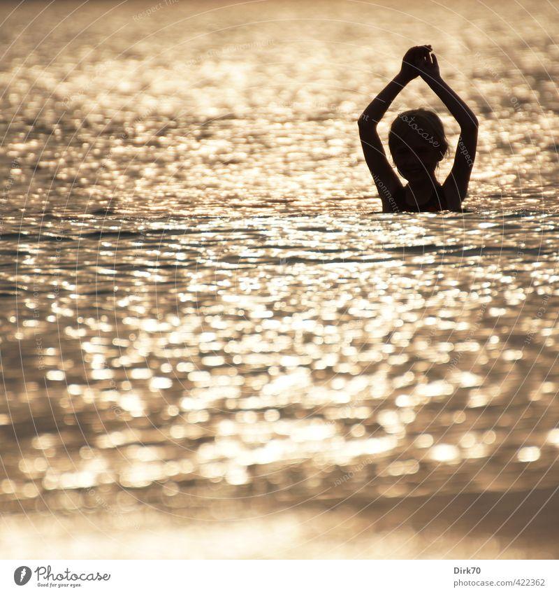 Bad im Sonnenuntergang Mensch Kind Ferien & Urlaub & Reisen Wasser Sommer Meer Mädchen Strand schwarz Spielen lachen Küste Schwimmen & Baden natürlich Wellen