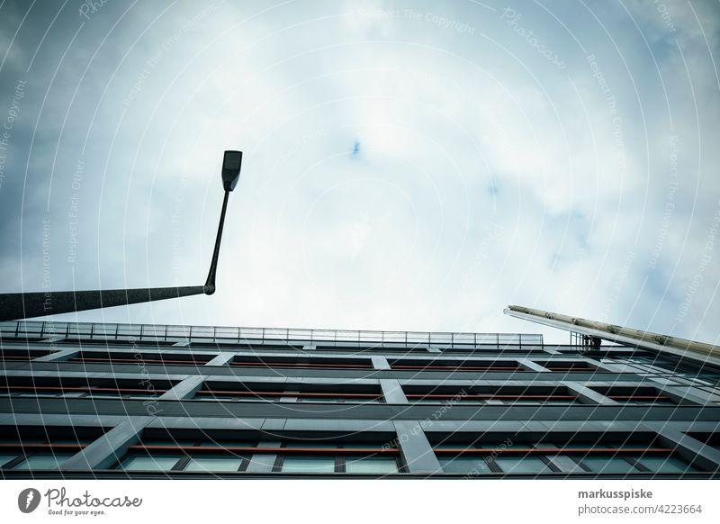 Bürofassade Fassade Fassadenverkleidung Fassadengestaltung Glasbau Bürogebäude-Fassade Straßenlaternen Beleuchtung Himmel