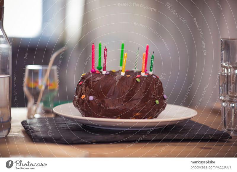 Geburtstagskuchen mit Kerzen Geburtstagstorte Geburtstagsfeier Geburtstagskerzen Schokoladenkuchen Schokoladenguss party Kindergeburtstag