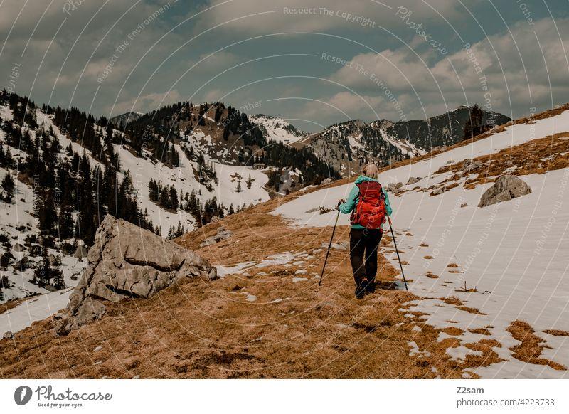 Junge Frau beim Wandern auf den Hochmiesing | Soinsee naturverbundenheit outdoor soinsee wandern bayerischzell oberbayern alpen berge frühling gipfel himmel