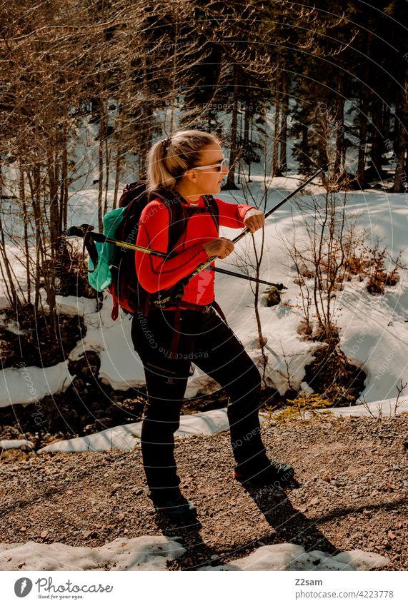 Junge Frau beim Wandern auf den Hochmiesing | Soinsee naturverbundenheit outdoor wandern bayerischzell oberbayern alpen berge frühling gipfel himmel wolken