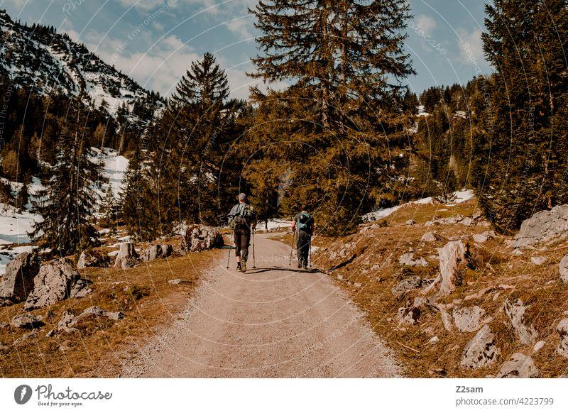 Wandern auf den Hochmiesing | Soinsee naturverbundenheit outdoor soinsee wandern bayerischzell oberbayern alpen berge frühling gipfel himmel wolken warme farben