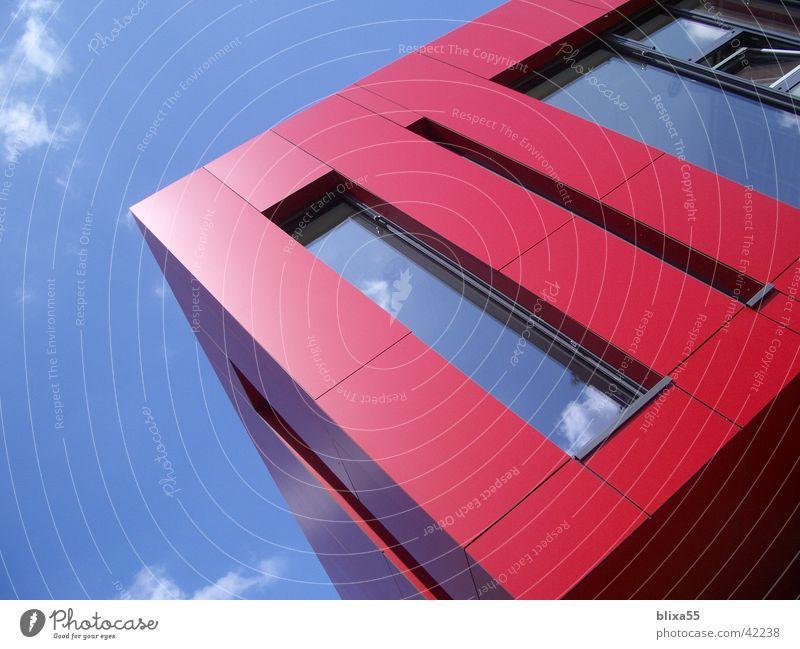 Rote Balkone Haus Architektur beobachten Schattenspiel Sommertag