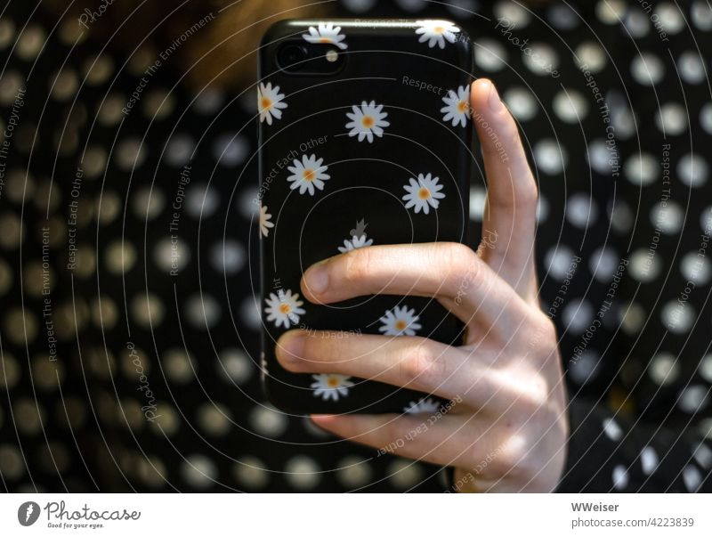 Die junge Frau von heute wählt die Handyhülle täglich passend zum Outfit Finger Punkte schwarzweiß Muster Blumen fröhlich modisch Lifestyle Design Hülle