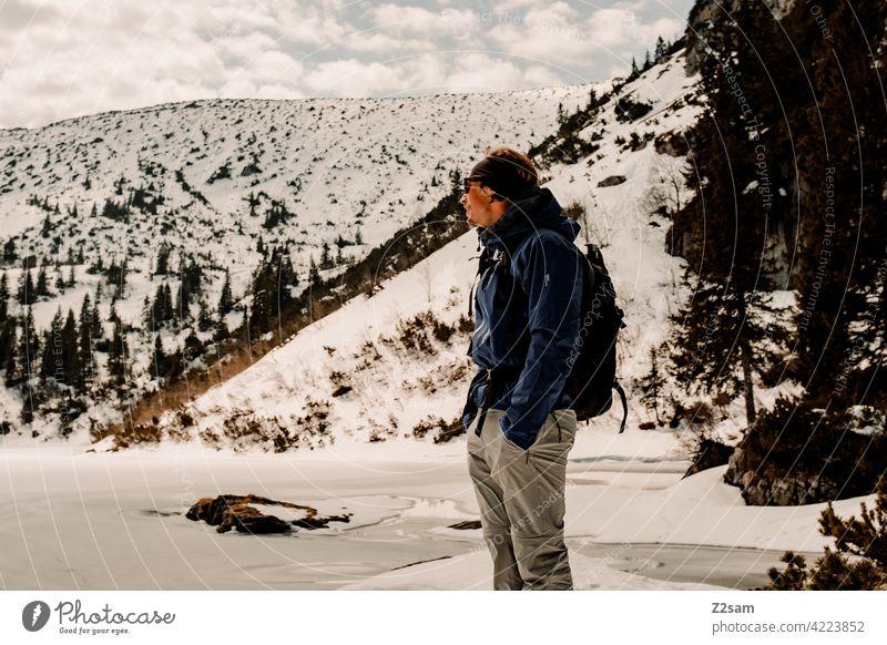 Wanderer steht am Soinsee in den bayerischen Alpen alpenvorland naturverbundenheit outdoor soinsee wandern Berge u. Gebirge Farbfoto berge Freizeit & Hobby