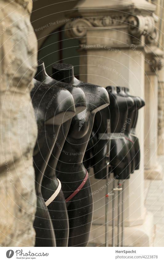Nackte, kopflose Schaufensterpuppen in einer Reihe zwischen Säulen nackt unbekleidet Mode Körper schwarz Kunststoff falsch Gesäß Brust tiefenschärfe gering