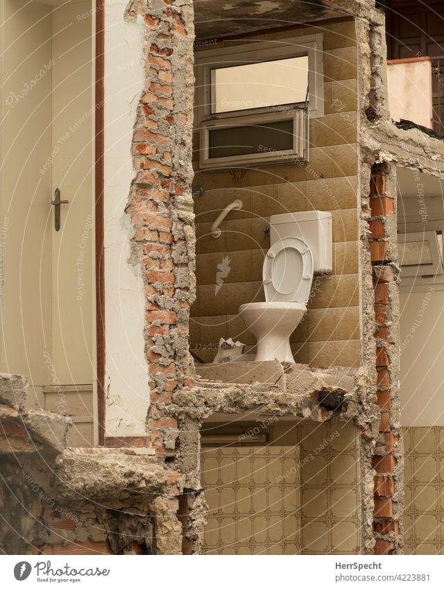 Außenklo in einem Abbruchhaus Toilette WC Bad Menschenleer zuhause Ruine Klo sanitär Fliesen u. Kacheln Hygiene Öffentliche Toilette Häusliches Leben Wand Loch