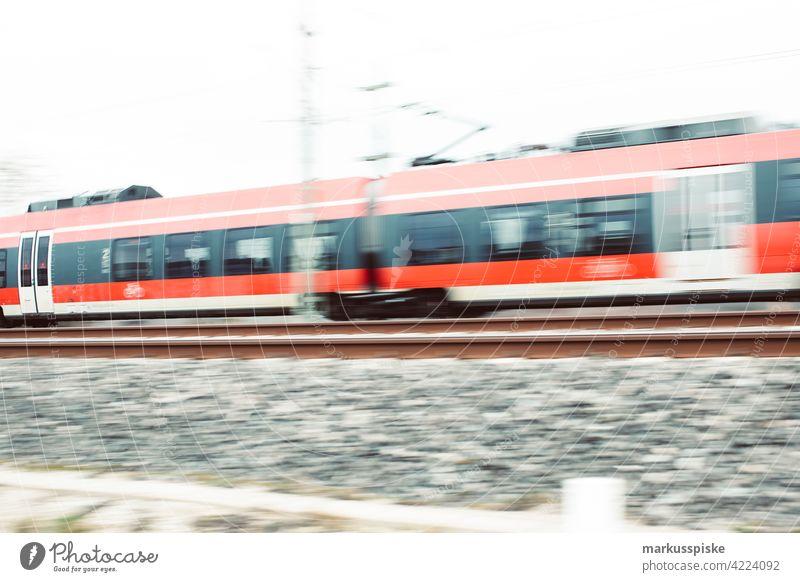 Unscharfer Zug - Eisenbahn in Bewegung abstrakt Ladung Wagen Arbeitsweg Pendeln korporativ überfüllt Lagerhaus Diesel Motor schnell Hochgeschwindigkeit Reise