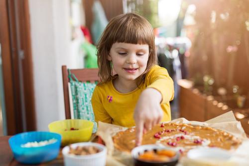 Kleines Mädchen dekoriert Mazurek (polnischer Osterkuchen) Tisch Dekoration & Verzierung Hand Lebensmittel Küche Essen zubereiten Familie heimwärts Mahlzeit