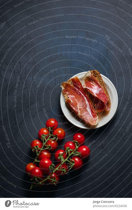 Gericht mit iberischem Schinken mit Werbetextfläche Textfreiraum Zuprosten Serrano geheilt Schweinefleisch Fleisch Prosciutto geröstet Mahlzeit Scheibe Spanisch