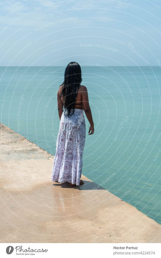 Junge Frau auf dem Rücken genießt den Strand. Sommerurlaub Konzept reisen Sonne Zeit Spaß blau MEER tropisch schwarz Mädchen Glück Schönheit Haut Model Feiertag