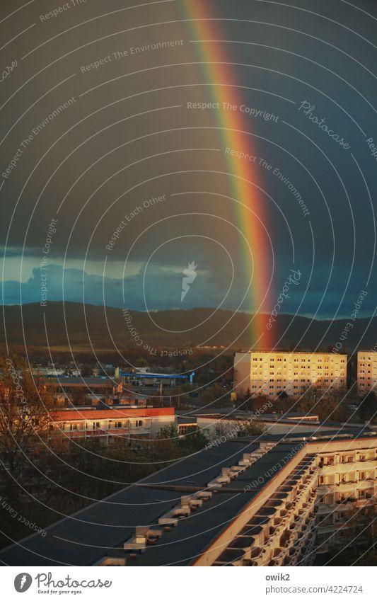 Bundeszeichen Regenbogen Stadtrand Bautzen Ostsachsen Lausitz Gewitter Schönes Wetter Wolken Himmel Kleinstadt Haus Wand Fassade Mauer bevölkert Wetterumschwung