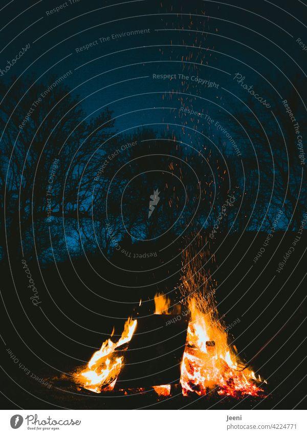 Feierabend mit Funkenflug am Lagerfeuer Feuer Lagerfeuerstimmung lagerfeuerromantik Feuerstelle heiß hell dunkel Abend Abenddämmerung Flamme gelb orange Wärme