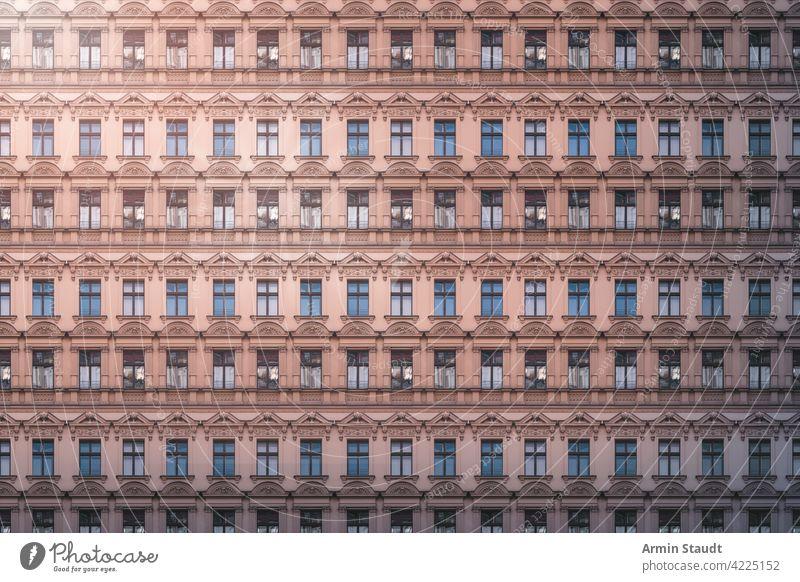 Architekturmuster, schöne Altbaufassade mit Stuck Muster übergangslos Fassade Wiederholung groß riesig anonym Megastadt Zukunft modern Überbevölkerung Haus