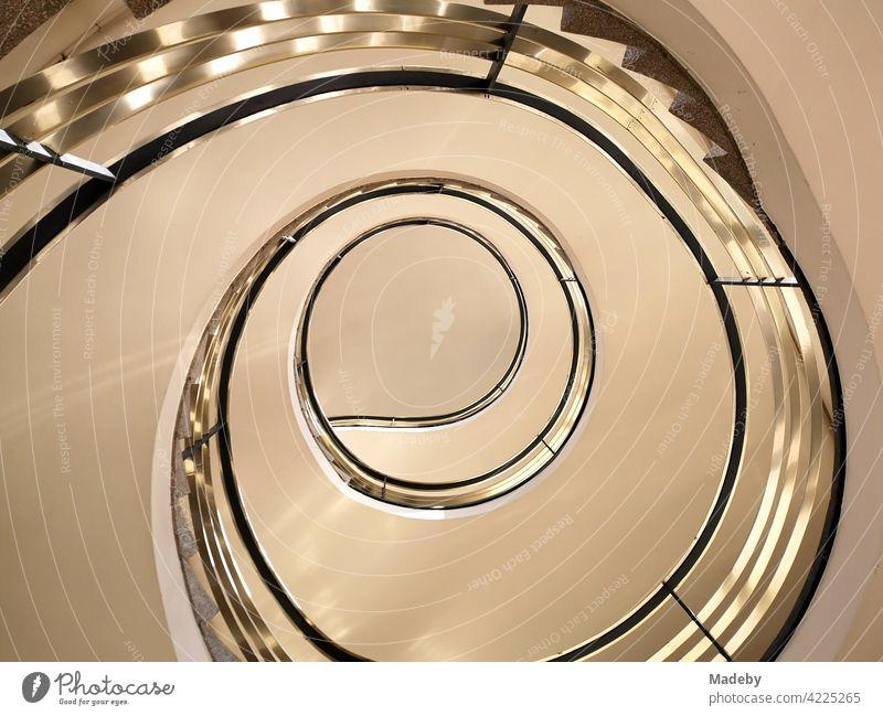 Schneckenform einer Wendeltreppe in einem denkmalgeschützten Gebäude der Fünfziger Jahre im Westend von Frankfurt am Main in Hessen Treppen Treppenhaus