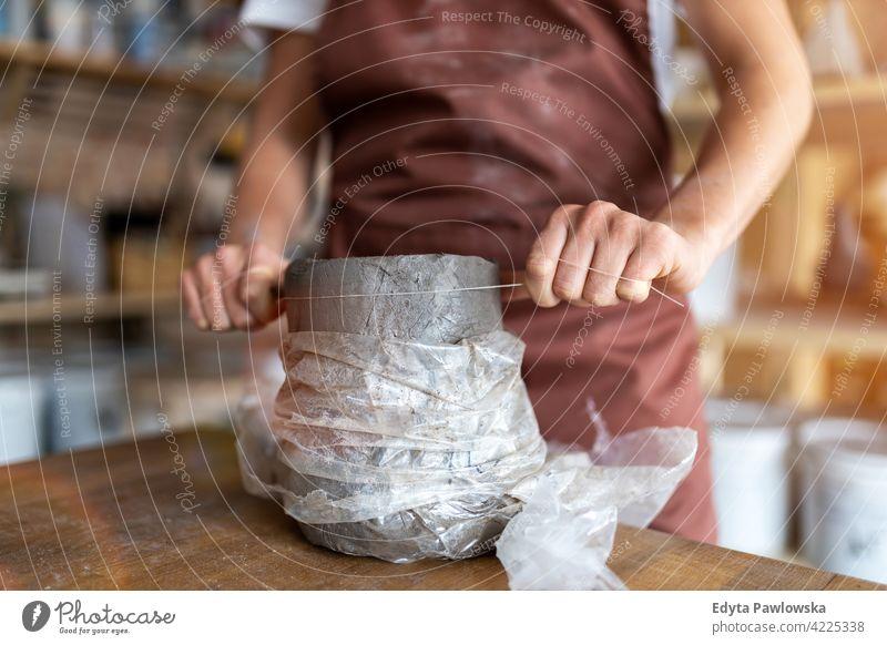 Töpferin fertigt Keramiken aus Ton Töpferwaren Künstler Kunst Arbeit arbeiten Menschen Frau jung Erwachsener lässig attraktiv Glück Kaukasier genießend
