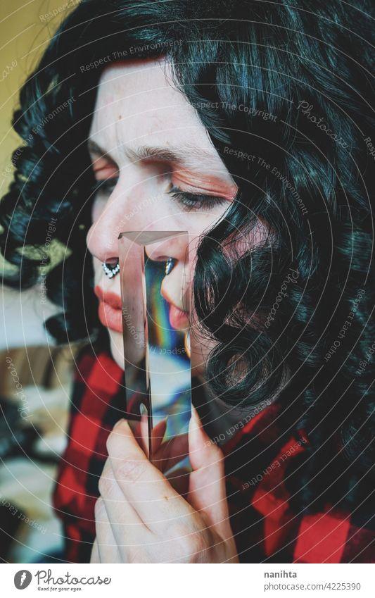 Surreales Bild einer jungen Frau durch ein Prisma surreal Porträt Kunst Reflexion & Spiegelung Emotion Stimmung Kreativität Vorstellungskraft künstlerisch