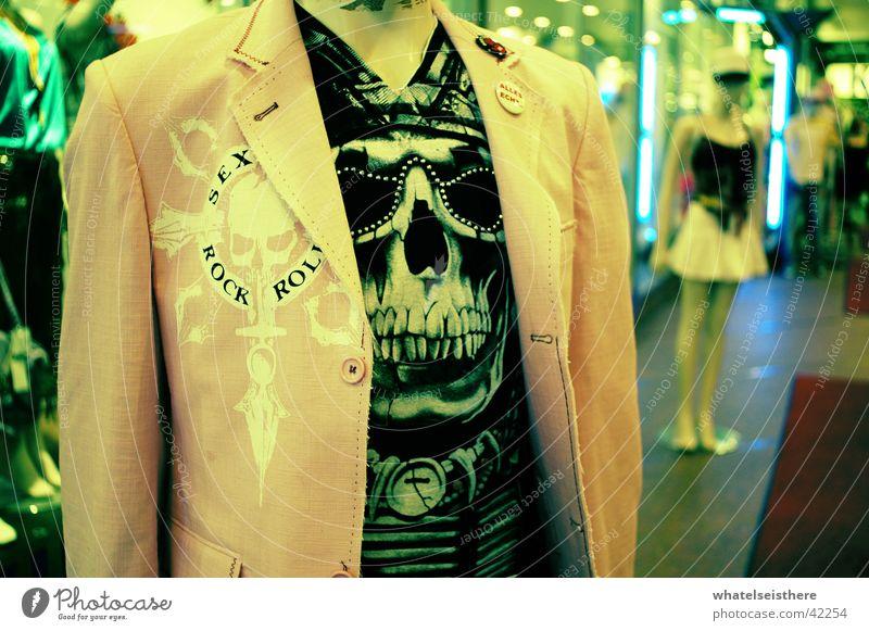 fashion victim Paddel Jacke Stil München Kaufhaus Fototechnik Puppe T-Shirt Schädel Mode