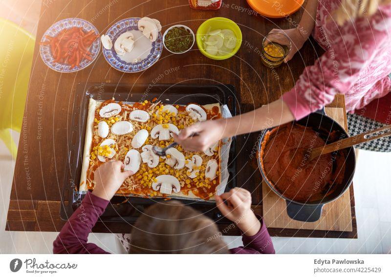 Kinder bereiten Pizza zu Hause vor Lernen heimwärts qualitätsvolle Zeit Zeit mit der Familie verbringen Zusammensein Kindheit Zubereitung Lebensmittel heiter