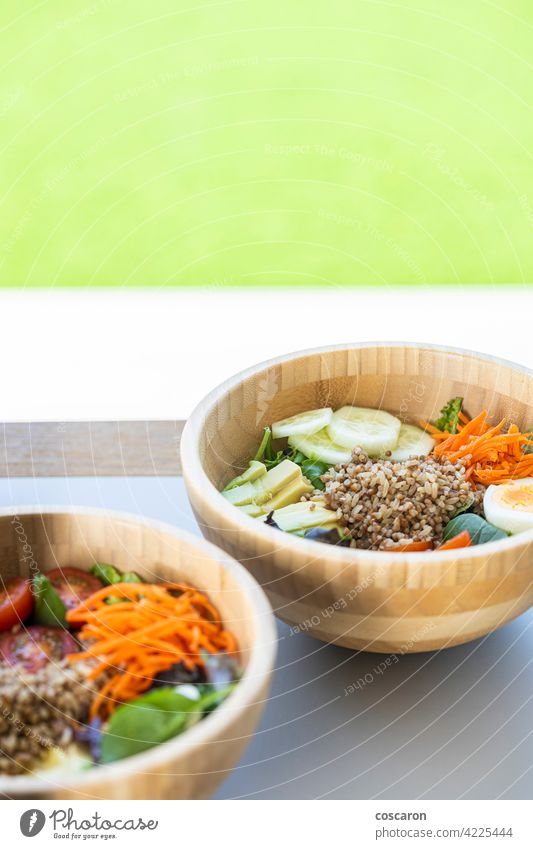 Brauner Reissalat mit Karotte, Ei, Gurke, Avocado, Tomate und Feldsalat Antioxidans asiatisch Hintergrund Schalen & Schüsseln braun Buddha-Schale Möhre